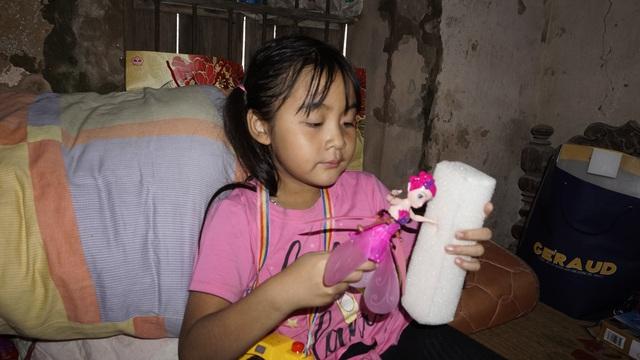 Bố mẹ bỏ đi từ nhỏ, bé gái sống với ông nội già nua trong căn nhà rách nát - Ảnh 2.