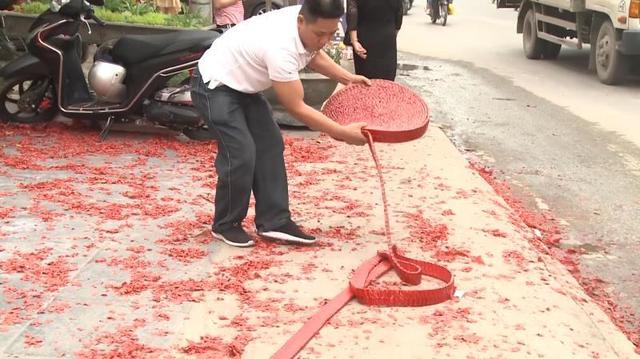 Khởi tố 2 đối tượng đốt pháo đỏ đường trong đám cưới ở Hà Nội - Ảnh 4.