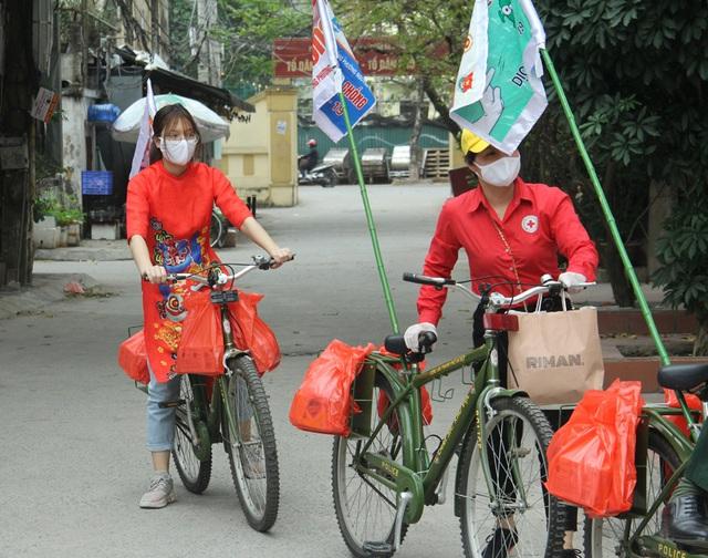 Bật nhạc Ghen Cô Vi, tặng khẩu trang, xà phòng cho người dân Hà Nội - Ảnh 2.
