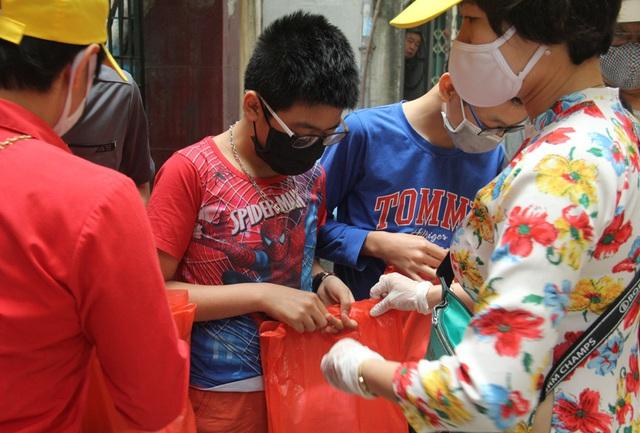 Bật nhạc Ghen Cô Vi, tặng khẩu trang, xà phòng cho người dân Hà Nội - Ảnh 8.