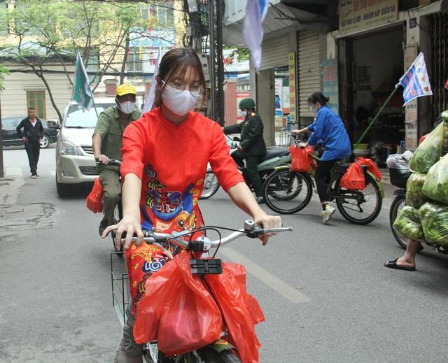 Bật nhạc Ghen Cô Vi, tặng khẩu trang, xà phòng cho người dân Hà Nội - Ảnh 5.