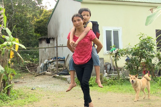 Cuộc sống khốn khổ của bà cụ 82 tuổi gồng mình nuôi 2 con thần kinh và đứa cháu tật nguyền - Ảnh 2.