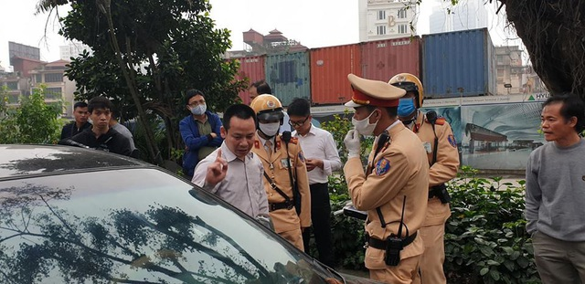 """Hà Nội: Tài xế vi phạm nồng độ cồn mức """"khủng"""" gây tai nạn giữa phố đông - Ảnh 2."""