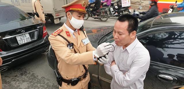 """Hà Nội: Tài xế vi phạm nồng độ cồn mức """"khủng"""" gây tai nạn giữa phố đông - Ảnh 3."""