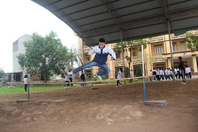 Sau tiết chào cờ tại lớp học, học sinh trường THPT Nguyễn Du quay trở lại học tập bình thường theo chương trình