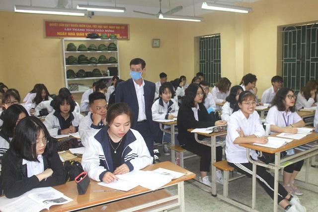 Lãnh đạo nhà trường tiến hành kiểm tra việc học tại các lớp sau kỳ nghỉ dịch COVID-19