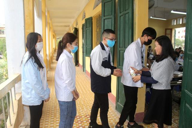 Học sinh trường THPT Nguyễn Du thực hiện sát khuẩn trước khi vào lớp học