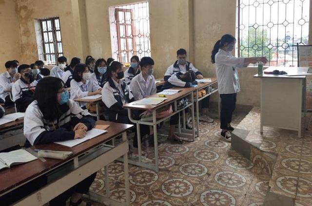 Gần 1.000 học sinh trường THPT Khúc Thừa Dụ sáng nay đã trở lại học tập bình thường và sát khuẩn trước khi vào lớp