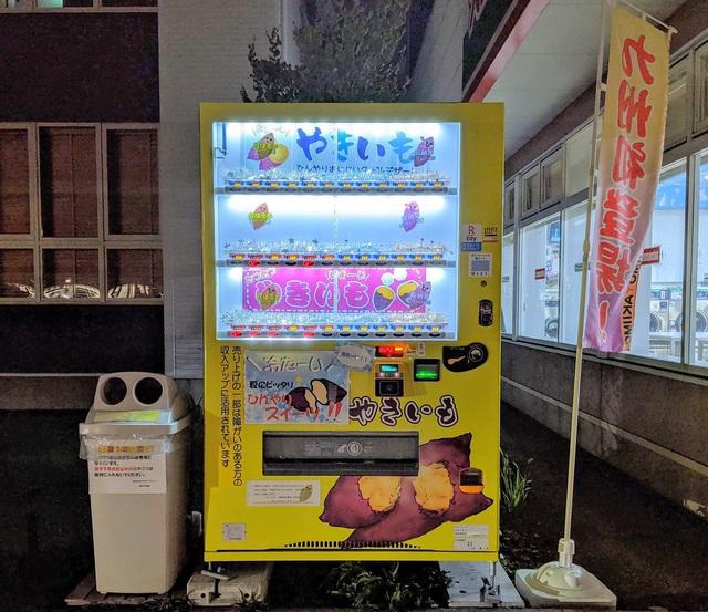 Ở Nhật, bạn có thể mua được cả khoai lang nướng chảy mật tại các máy bán hàng tự động  - Ảnh 2.
