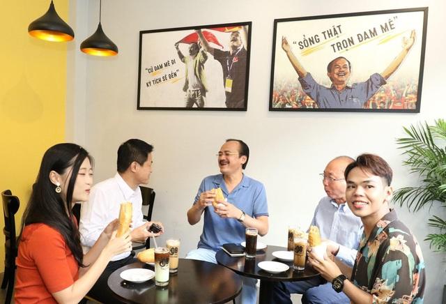 Chuỗi cà phê Ông Bầu triển khai chương trình mua cà phê – tặng bánh mỳ thịt - Ảnh 1.