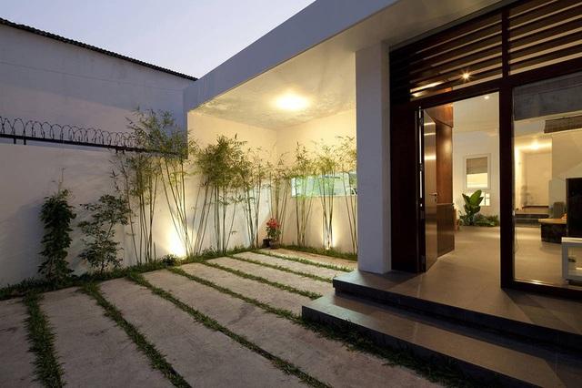 Nhà phố Sài Gòn sử dụng nội thất đơn giản đến mức tối đa để tiết kiệm chi phí nhưng vẫn đẹp mê ly - Ảnh 1.