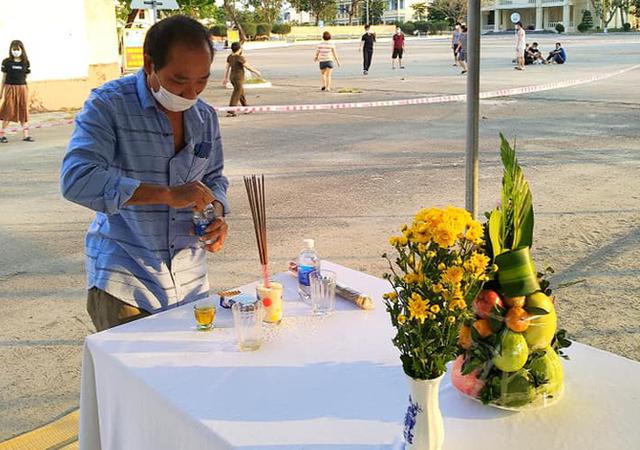 Trở về từ Malaysia, người đàn ông Nghệ An chịu tang cha già tại khu cách ly ở Đà Nẵng - Ảnh 2.