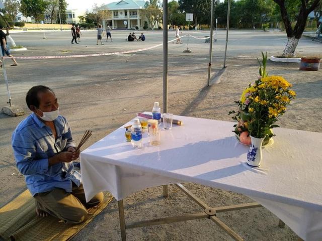 Trở về từ Malaysia, người đàn ông Nghệ An chịu tang cha già tại khu cách ly ở Đà Nẵng - Ảnh 3.