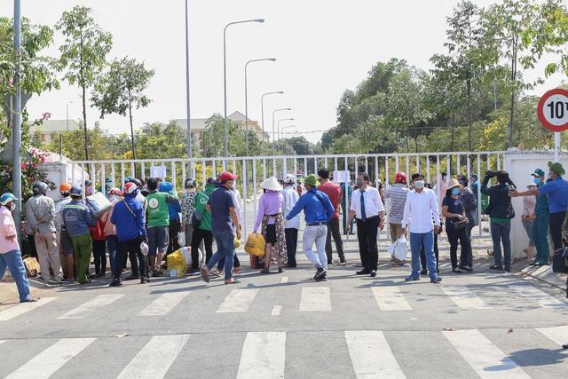 Người dân ném hàng hóa vào khu cách ly KTX ĐH Quốc Gia bất chấp có thông báo ngưng nhận đồ tiếp tế - Ảnh 2.