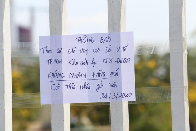 Người dân ném hàng hóa vào khu cách ly KTX ĐH Quốc Gia bất chấp có thông báo ngưng nhận đồ tiếp tế - Ảnh 3.