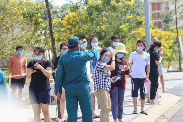 Người dân ném hàng hóa vào khu cách ly KTX ĐH Quốc Gia bất chấp có thông báo ngưng nhận đồ tiếp tế - Ảnh 12.
