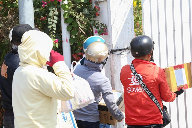 Người dân ném hàng hóa vào khu cách ly KTX ĐH Quốc Gia bất chấp có thông báo ngưng nhận đồ tiếp tế - Ảnh 14.