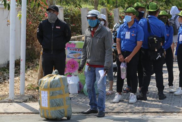Người dân ném hàng hóa vào khu cách ly KTX ĐH Quốc Gia bất chấp có thông báo ngưng nhận đồ tiếp tế - Ảnh 16.