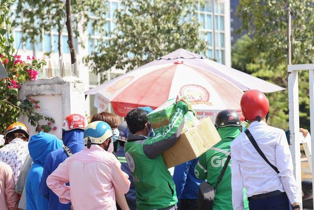Người dân ném hàng hóa vào khu cách ly KTX ĐH Quốc Gia bất chấp có thông báo ngưng nhận đồ tiếp tế - Ảnh 4.