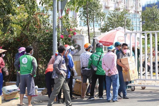Người dân ném hàng hóa vào khu cách ly KTX ĐH Quốc Gia bất chấp có thông báo ngưng nhận đồ tiếp tế - Ảnh 5.