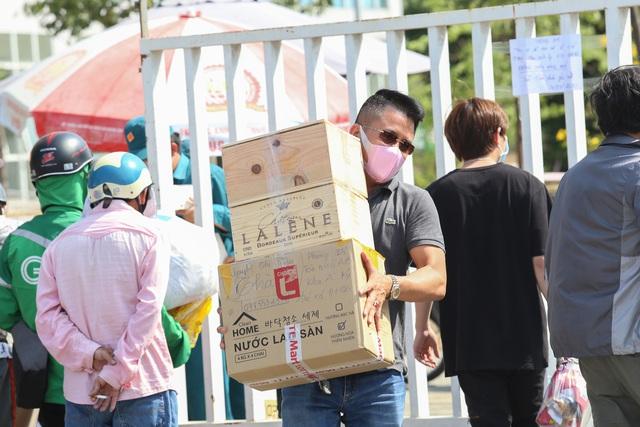 Người dân ném hàng hóa vào khu cách ly KTX ĐH Quốc Gia bất chấp có thông báo ngưng nhận đồ tiếp tế - Ảnh 6.