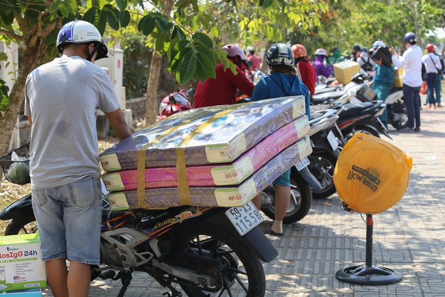 Người dân ném hàng hóa vào khu cách ly KTX ĐH Quốc Gia bất chấp có thông báo ngưng nhận đồ tiếp tế - Ảnh 7.