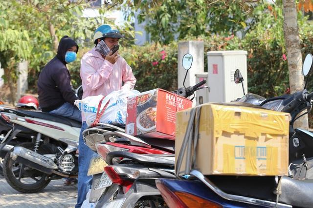 Người dân ném hàng hóa vào khu cách ly KTX ĐH Quốc Gia bất chấp có thông báo ngưng nhận đồ tiếp tế - Ảnh 8.