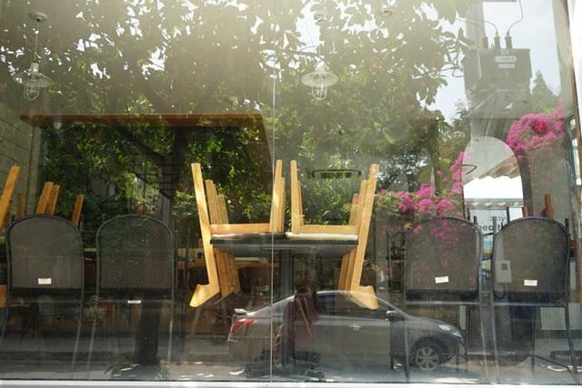 Nhà hàng, quán ăn, tiệm tóc, trà sữa, cà phê... đóng cửa treo biển chung tay chống dịch - Ảnh 19.