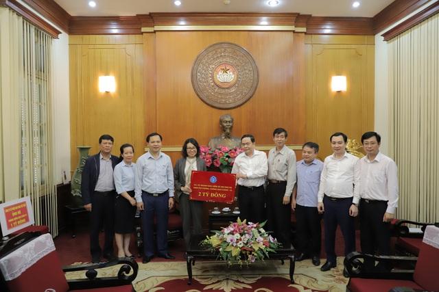 BHXH Việt Nam trao 2 tỷ đồng góp phần đẩy lùi dịch COVID-19 - Ảnh 1.