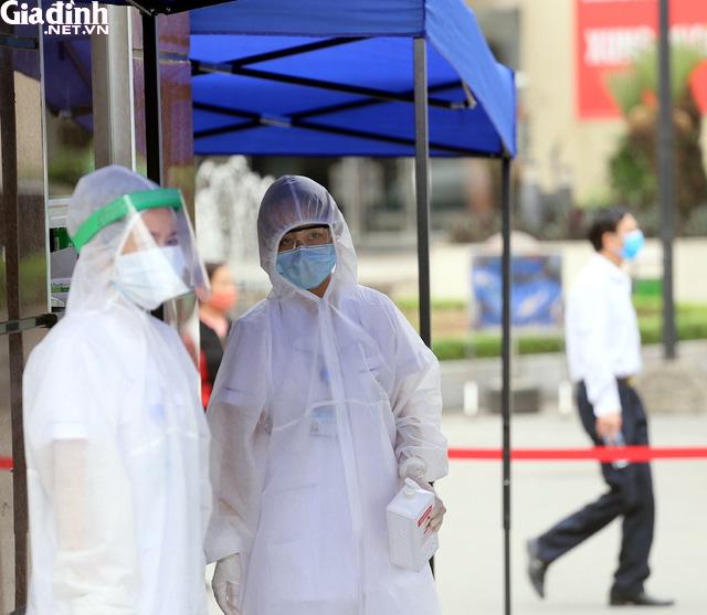 Bệnh viện Bạch Mai kiểm soát nghiêm ngặt người ra vào - Ảnh 4.