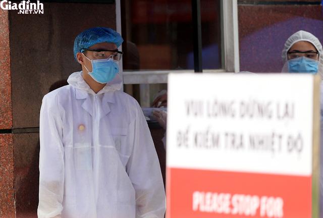 Bệnh viện Bạch Mai kiểm soát nghiêm ngặt người ra vào - Ảnh 5.