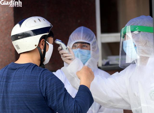 Bệnh viện Bạch Mai kiểm soát nghiêm ngặt người ra vào - Ảnh 7.