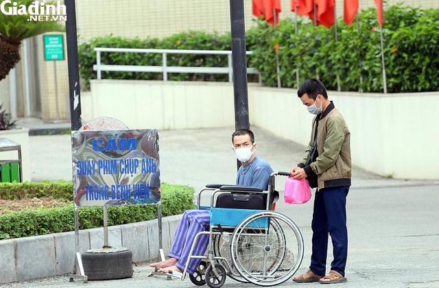 Bệnh viện Bạch Mai kiểm soát nghiêm ngặt người ra vào - Ảnh 8.