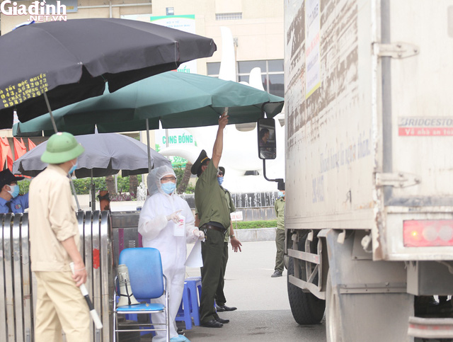 Bệnh viện Bạch Mai kiểm soát nghiêm ngặt người ra vào - Ảnh 10.