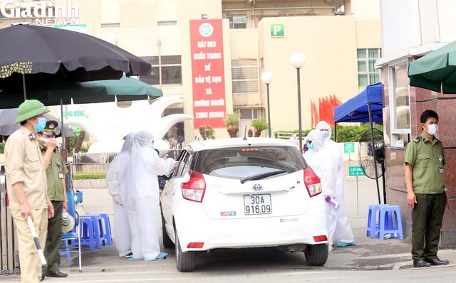 Bệnh viện Bạch Mai kiểm soát nghiêm ngặt người ra vào - Ảnh 12.
