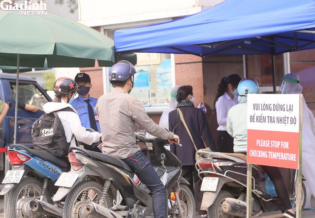 Bệnh viện Bạch Mai kiểm soát nghiêm ngặt người ra vào - Ảnh 13.