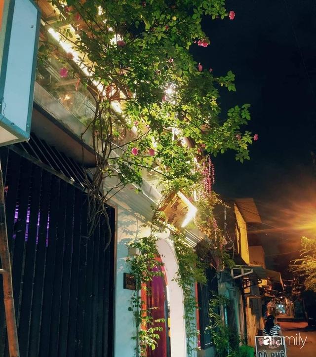 Ngôi nhà đẹp yên bình, lãng mạn nhờ người đàn ông đảm đang tự decor vườn và trồng đủ loại hồng ở Sài Gòn - Ảnh 3.