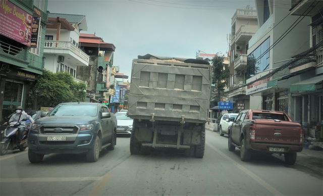 Quảng Ninh: Cận cảnh đoàn xe hổ vồ cơi nới khoang thùng chở đất đá tung hoành trên QL 18 - Ảnh 5.