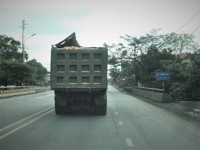 Quảng Ninh: Cận cảnh đoàn xe hổ vồ cơi nới khoang thùng chở đất đá tung hoành trên QL 18 - Ảnh 7.
