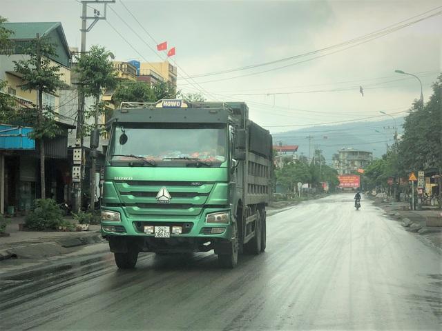 Quảng Ninh: Cận cảnh đoàn xe hổ vồ cơi nới khoang thùng chở đất đá tung hoành trên QL 18 - Ảnh 3.