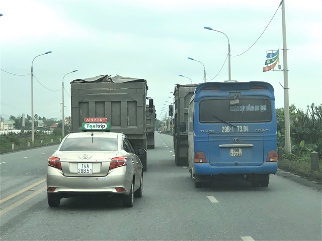 Quảng Ninh: Cận cảnh đoàn xe hổ vồ cơi nới khoang thùng chở đất đá tung hoành trên QL 18 - Ảnh 6.