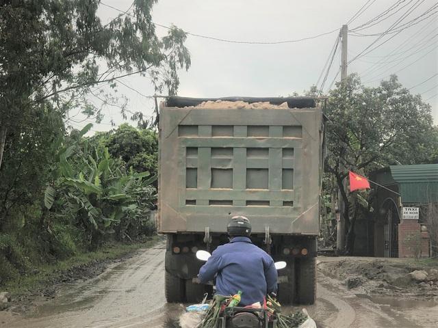 Quảng Ninh: Cận cảnh đoàn xe hổ vồ cơi nới khoang thùng chở đất đá tung hoành trên QL 18 - Ảnh 2.