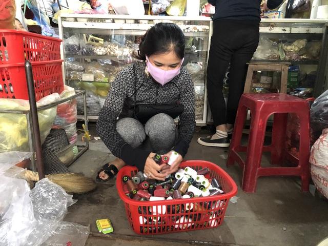 Nữ giáo viên mầm non ở Hà Tĩnh may hàng trăm khẩu trang miễn phí tặng người dân - Ảnh 4.
