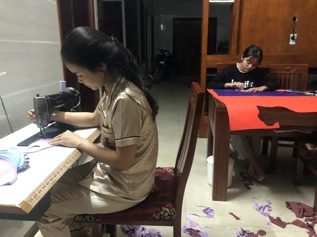 Nữ giáo viên mầm non ở Hà Tĩnh may hàng trăm khẩu trang miễn phí tặng người dân - Ảnh 8.