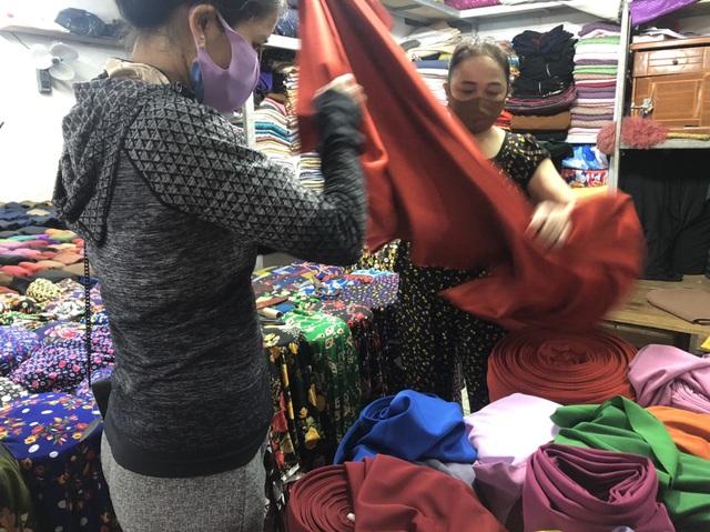 Nữ giáo viên mầm non ở Hà Tĩnh may hàng trăm khẩu trang miễn phí tặng người dân - Ảnh 5.