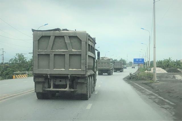Quảng Ninh: Cận cảnh đoàn xe hổ vồ cơi nới khoang thùng chở đất đá tung hoành trên QL 18 - Ảnh 9.