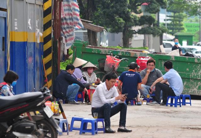 Nguy cơ COVID-19 đang cận kề nhưng nhiều người Hà Nội vẫn giữ thói quen túm năm tụm ba quán nước vỉa hè  - Ảnh 3.