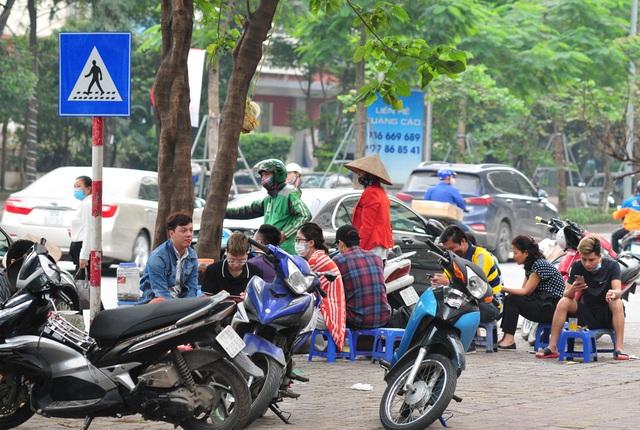 Nguy cơ COVID-19 đang cận kề nhưng nhiều người Hà Nội vẫn giữ thói quen túm năm tụm ba quán nước vỉa hè  - Ảnh 4.