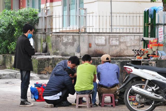 Nguy cơ COVID-19 đang cận kề nhưng nhiều người Hà Nội vẫn giữ thói quen túm năm tụm ba quán nước vỉa hè  - Ảnh 8.