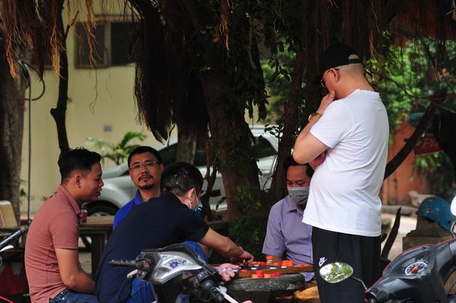 Nguy cơ COVID-19 đang cận kề nhưng nhiều người Hà Nội vẫn giữ thói quen túm năm tụm ba quán nước vỉa hè  - Ảnh 7.